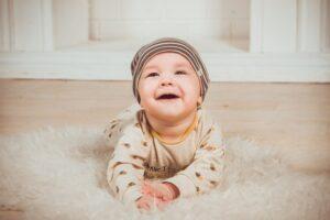 Bebé en el suelo con cabeza levantada