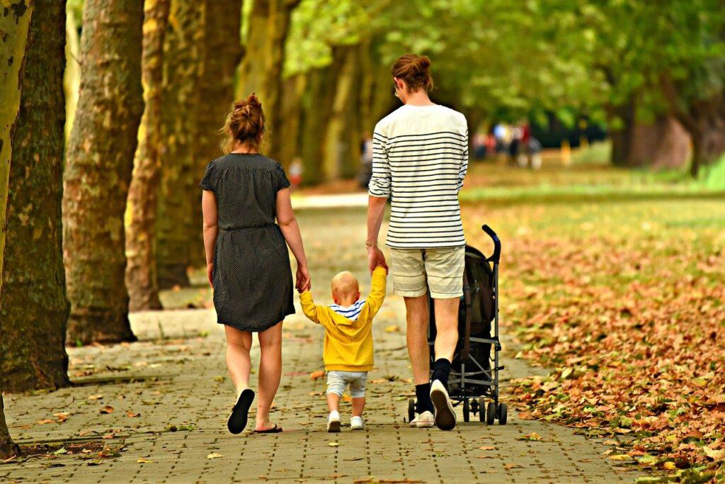 Pareja paseando con bebé