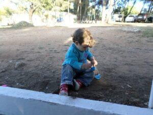 Niña jugando con tierra