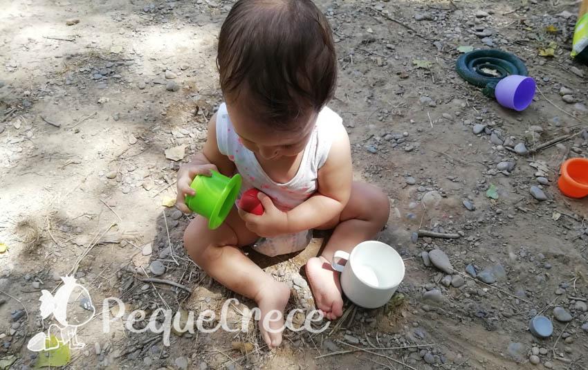 bebe manipulando juguetes
