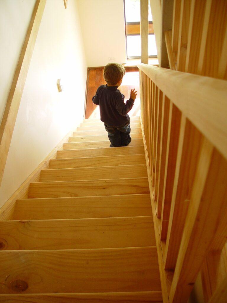 niño bajando escalera