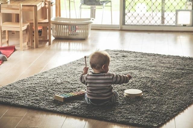 Bebé con instrumentos musicales