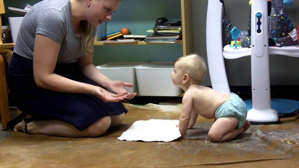 desarrollo cognitivo de bebe buscando objeto