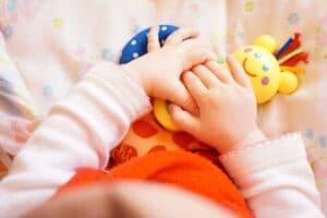 Manos de bebé jugando
