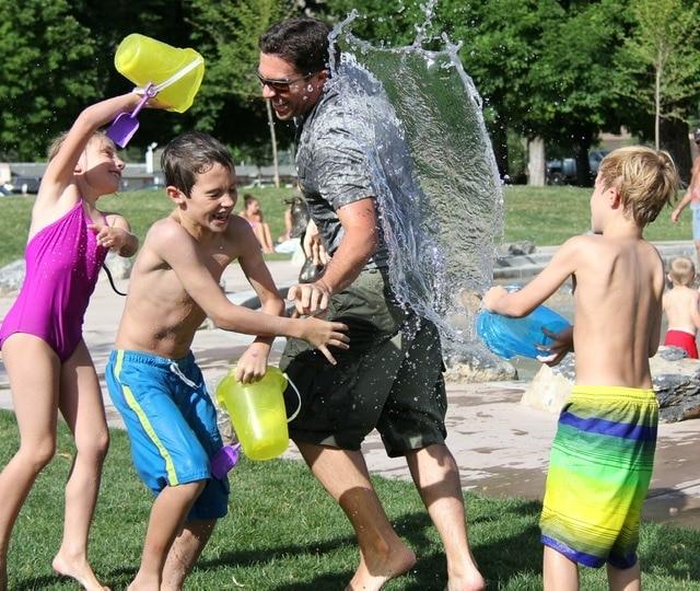 Niños jugando a Guerra de agua