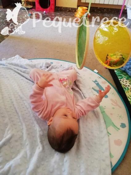 Bebé boca arriba con movil