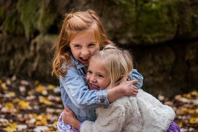 Dos niñas abrazandose