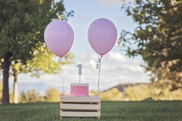 Tarta cumpleaños de un año con globos