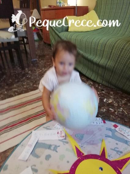 bebe con globo terraqueo