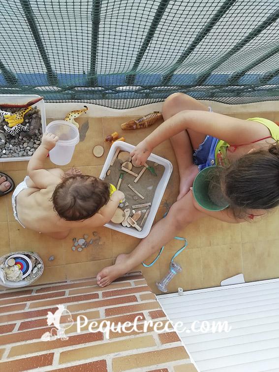 Niñas en balcón jugando do