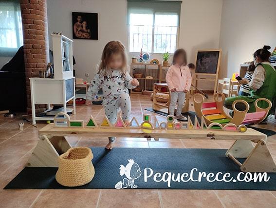 niña jugando small world