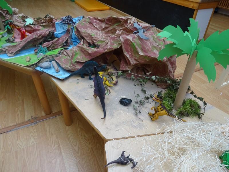 dinosaurios en mesa