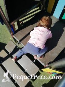 niña trepa parque